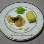 Przegrzebki z ziemniaczanym purée, sałatką z ogórka i sosem béarnaise