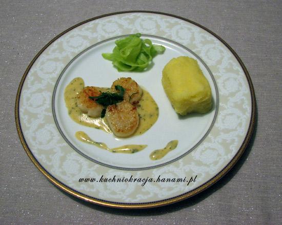 Przegrzebki z ziemniaczanym purée, sałatką z ogórka i sosem béarnaise, fot. Hanami®