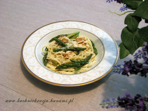 Makaron z łososiem, szparagami i cukinią, fot. Hanami®