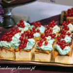Sernik z brzoskwiniami i niebieską bezą