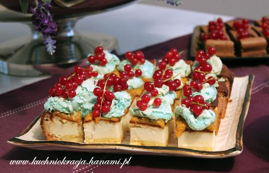 Sernik z brzoskwiniami i niebieską bezą, Fot. Hanami®