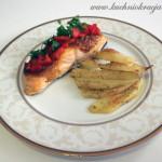 Łosoś z sosem andaluzyjskim i pieczonymi ziemniakami