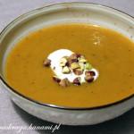Ostra korzenna zupa z dyni z pistacjami (z kardamonem, cynamonem i mlekiem)
