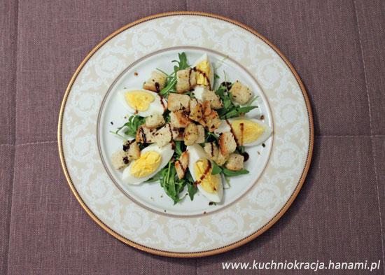 Sałatka z jajkiem, rukolą i grzankami