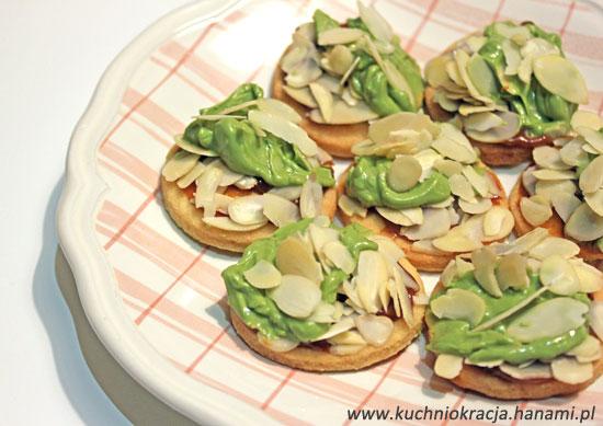 Walentynkowe ciasteczka maślane z kajmakiem, płatkami migdałowymi i zieloną czekoladą z herbatą matcha, Fot. Hanami®