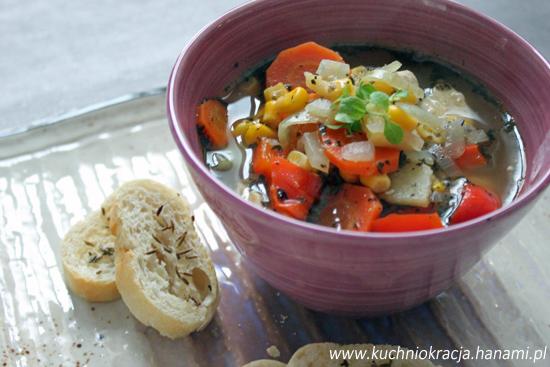 Rozgrzewająca zupa z kurczakiem, papryką, kukurydzą i pigwą, Fot. Hanami®