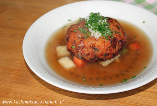 Zupa z kotlecikiem zrobionym z sera i chleba, Fot. Hanami®