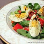 Sałatka z roszponką, jajkiem i papryką