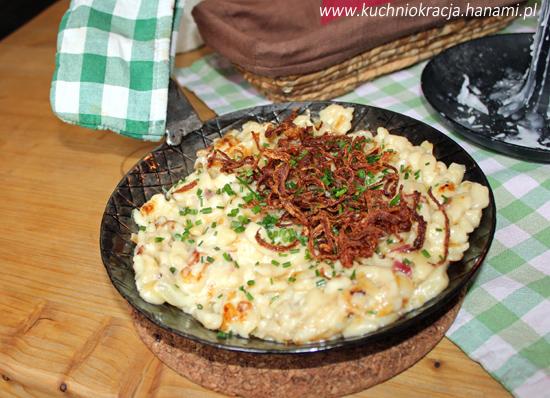 Spätzle zapiekane z serem, boczkiem i posypane prażoną cebulą, Fot. Hanami®