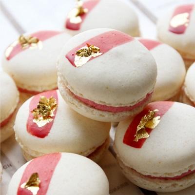 Wiśniowe makaroniki z płatkami złota, Patisserie Gregory Collet, źródło: http://item.rakuten.co.jp/gregory-collet/macaron-sakura