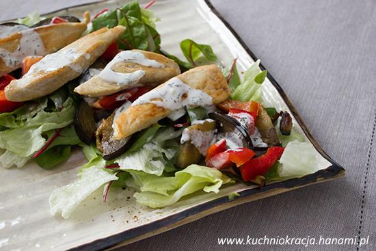 Sałatka z kurczakiem, bakłażanem, botwinką i papryką, Hanami®