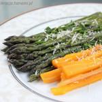 Szparagi z młodą marchewką polane masłem