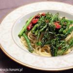 Makaron ze szparagami, suszonymi pomidorami i świeżymi ziołami
