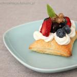Ciasto francuskie z kremem i świeżymi owocami