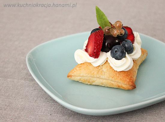 Ciasto francuskie z kremem i świeżymi owocami, Fot. Hanami®