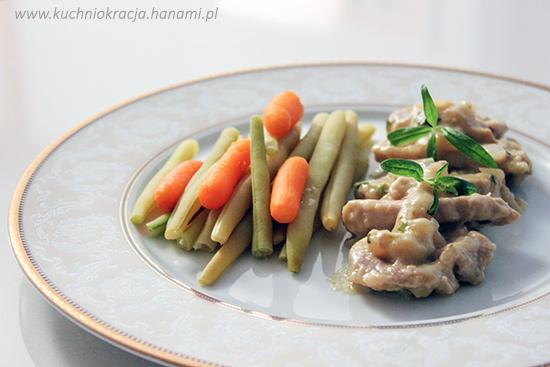 Polędwiczki wieprzowe w sosie musztardowym podane z warzywami z wody, Fot. Hanami®