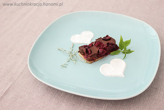 Ciasto z nadzieniem czekoladowym i wiśniami, Fot. Hanami®