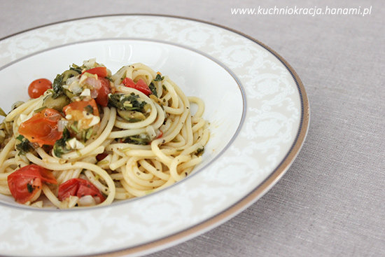 Spaghetti z pomidorami koktajlowymi i oliwkami, Fot. Hanami