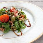 Sałatka z łososiem, oliwkami, rukolą i pomidorami koktajlowymi
