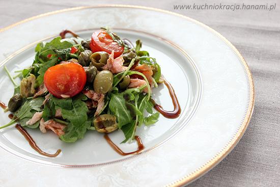 Sałatka z łososiem, oliwkami, rukolą i pomidorami koktajlowymi, Fot. Hanami®