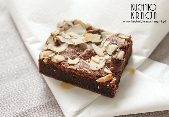 Brownie z płatkami migdałowymi i kawałkami czekolady, Fot. Hanami®