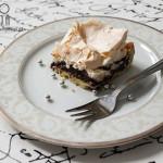 Ciasto na cienkim spodzie z kremem czekoladowym i bezą