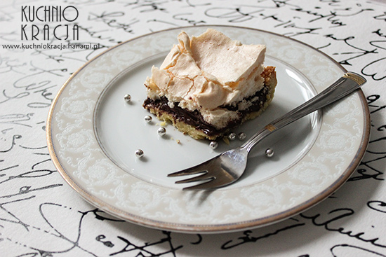 Ciasto na cienkim spodzie z kremem czekoladowym i bezą, Fot. Hanami®