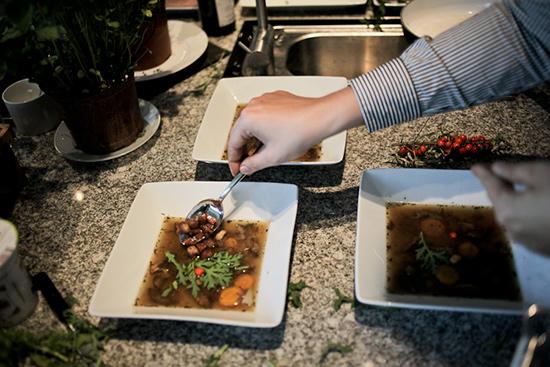 Zupa grzybowa ze skwarkami, liśćmi chryzantemy oraz rokitnikiem, mat. prasowe Ballarini