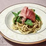 Spaghetti z prosciutto crudo, rukolą i pastą pistacjową