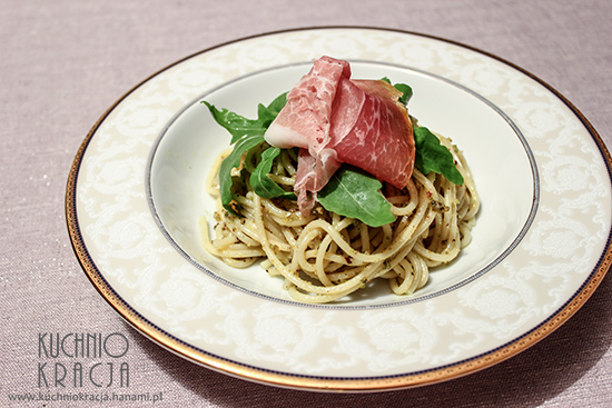 Spaghetti z prosciutto crudo, rukolą i pastą pistacjową, Fot. Hanami®