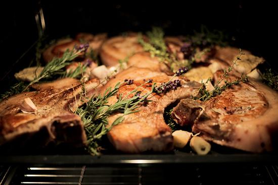 Mięso pieczone przekładane lawendą, mat. prasowe
