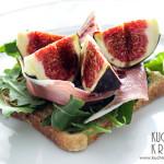 Tosty z rukolą, serem, figami, szynką sezonowaną i glazurą balsamiczną