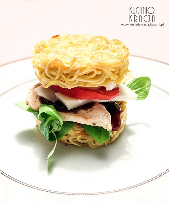 """Burger w """"bułce"""" zrobionej z makaronu, Fot. Hanami®"""