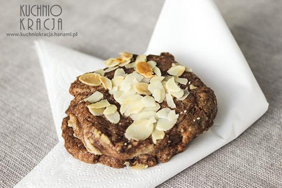 Ciasteczka kakaowe z płatkami migdałowymi, Fot. Hanami®