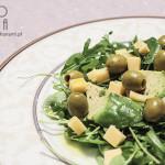 Sałatka z awokado, rukolą, serem żółtym, rukwią wodną i oliwkami