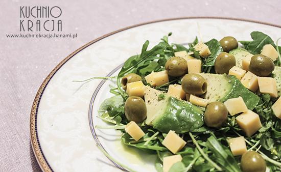 Sałatka z awokado, rukolą, serem żółtym, rukwią wodną i oliwkami, Fot. Hanami®