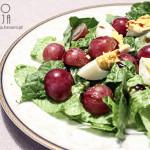 Sałatka z jajkiem, winogronami i sałatą rzymską