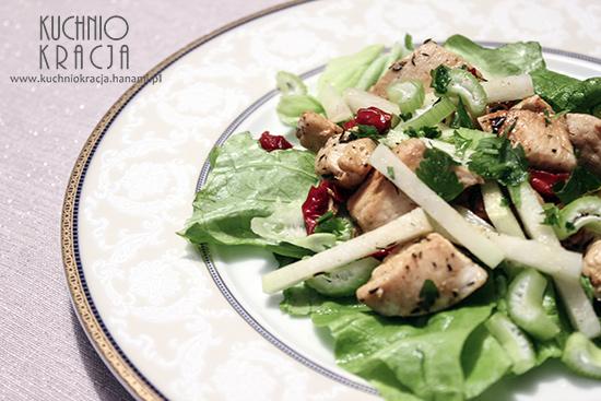 Sałatka kurczak smażony, kalarepa, suszone pomidory, seler naciowy, Fot. Hanami®