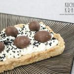 Mazurek z kremem z mascarpone, jajkami czekoladowymi i czarnym sezamem