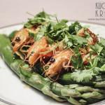 Szparagi z krewetkami i sosem czosnkowo-chilli