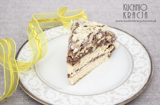 Tort z kremem kakaowym i płatkami migdałowymi, Fot. Hanami®