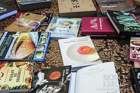 Książki finalistów wyłożone były w dużej sali i każdy zwiedzający mógł je sobie obejrzeć