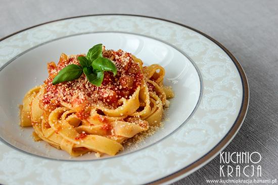 Makaron z czosnkiem, cebulą i sosem pomidorowym, Fot. Hanami®