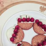 Ciasteczka piernikowe z białą czekoladą, malinami i rozmarynem