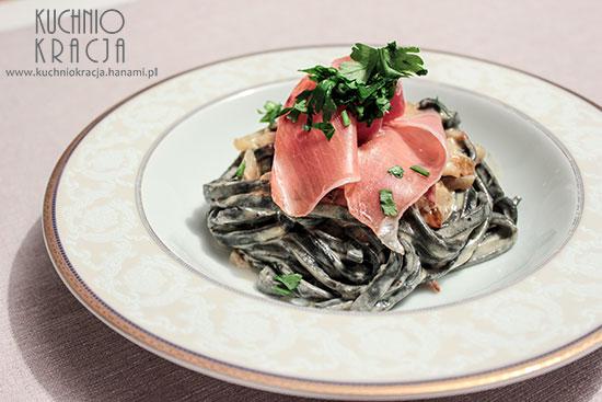 Czarny makaron w sosie śmietanowym, Fot. Hanami®