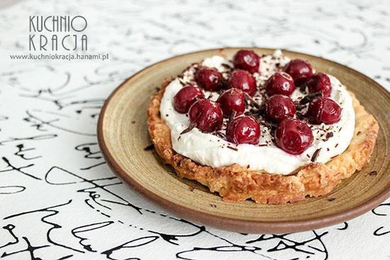 Mazurek z kremem waniliowym i wiśniami w syropie, Fot. Hanami®
