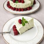 Zielony sernik na zimno z herbatą matcha i malinami