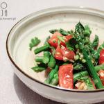 Sałatka szparagi, pomidory, czosnek i kolendra