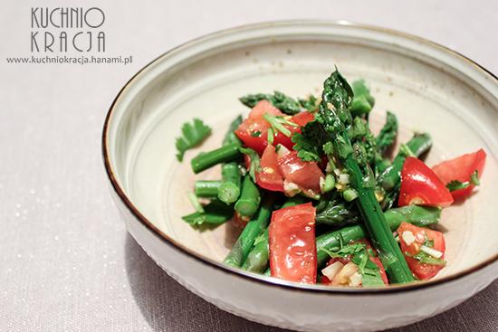 Sałatka szparagi, pomidory, czosnek i kolendra, Fot. Hanami®
