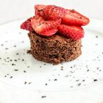 Ciasto czekoladowe z tymiankiem i truskawkami